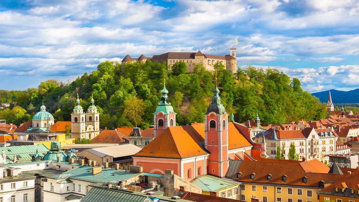 Slowenien, Laibach, Blick über die Dächer der Altstadt von Laibach, im Hintergrund die Burg. Bildquelle © Matej Kastelic, Visit Ljubljana